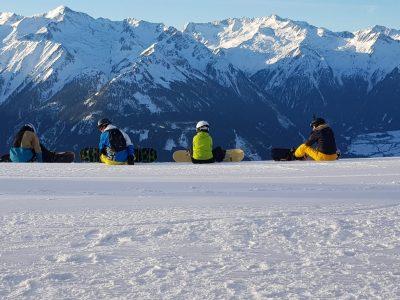 Snowboarder sitzend im Schnee
